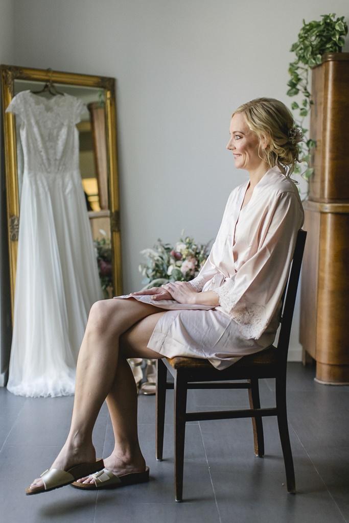 die Braut beim Styling für die Freie Trauung | Hochzeitsfoto: Hanna Witte