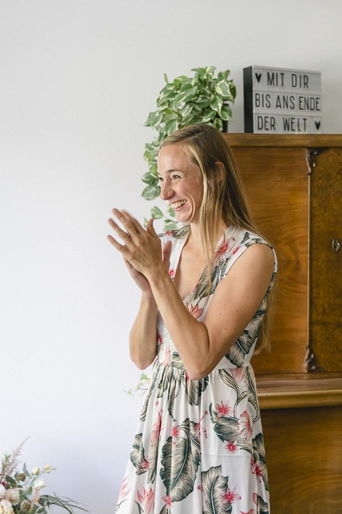 die Trauzeugin ist begeistert vom Anblick der Braut | Hochzeitsfoto: Hanna Witte