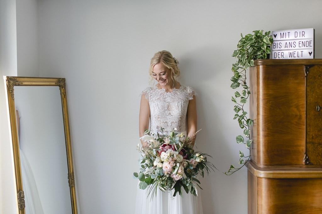 Brautfoto mit Brautstrauß und Hochzeitsschild | Hochzeitsfoto: Hanna Witte
