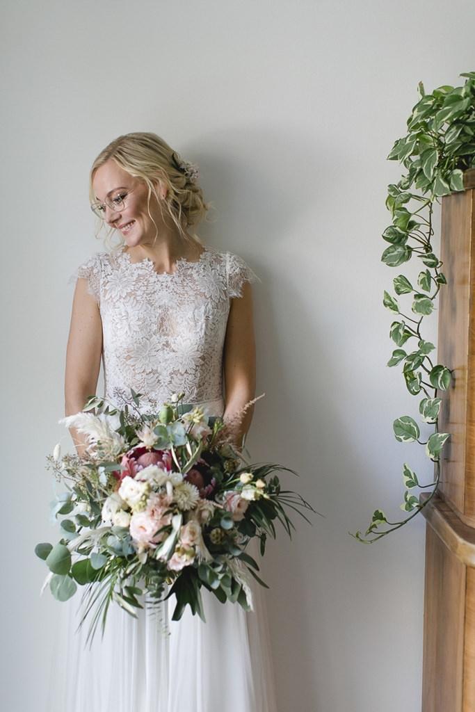 natürliches Brautportrait mit Brautstrauß | Hochzeitsfoto: Hanna Witte