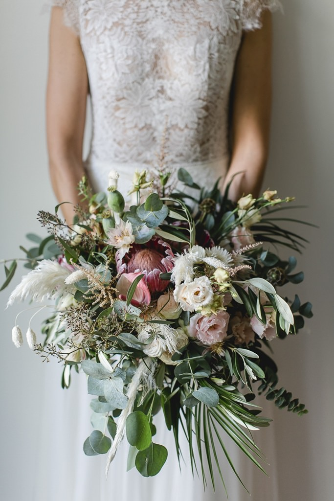 Greenery Brautstrauß mit Eukalyptus, Pampasgras, King Protea und Rosen | Hochzeitsfoto: Hanna Witte