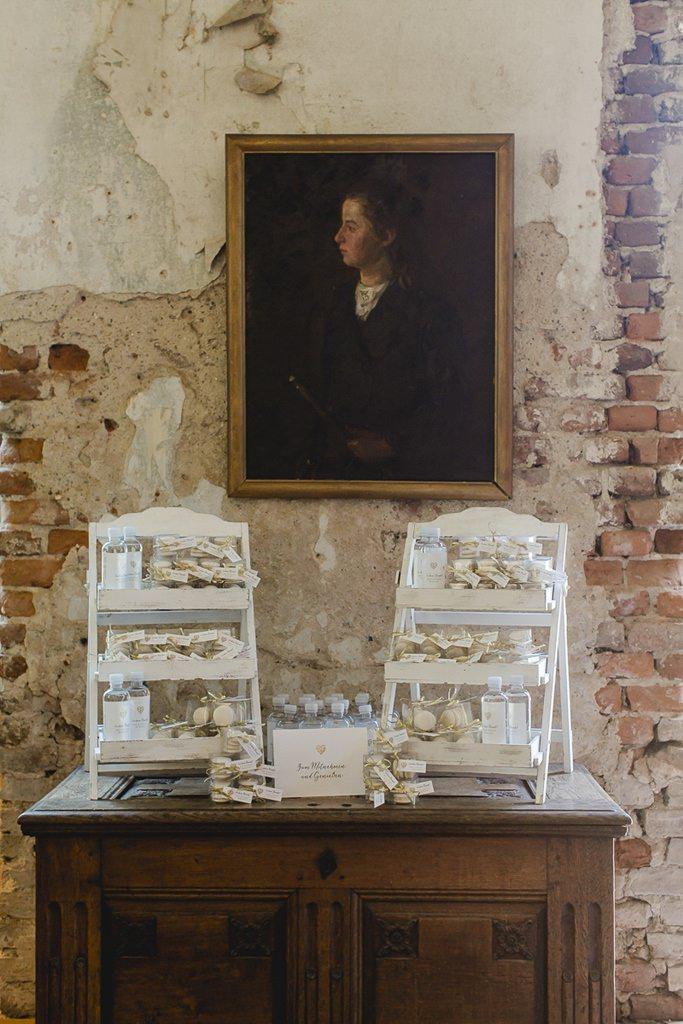 Vintage Möbel mit Gastgeschenken bei einer Hochzeit im Rittergut Orr | Hochzeitsfoto: Hanna Witte