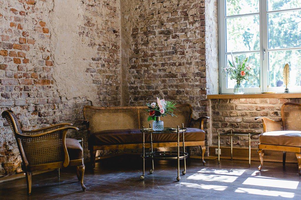 Hochzeitslocation Rittergut Orr: Gemütliche Ecke mit Vintage Möbeln | Hochzeitsfoto: Hanna Witte