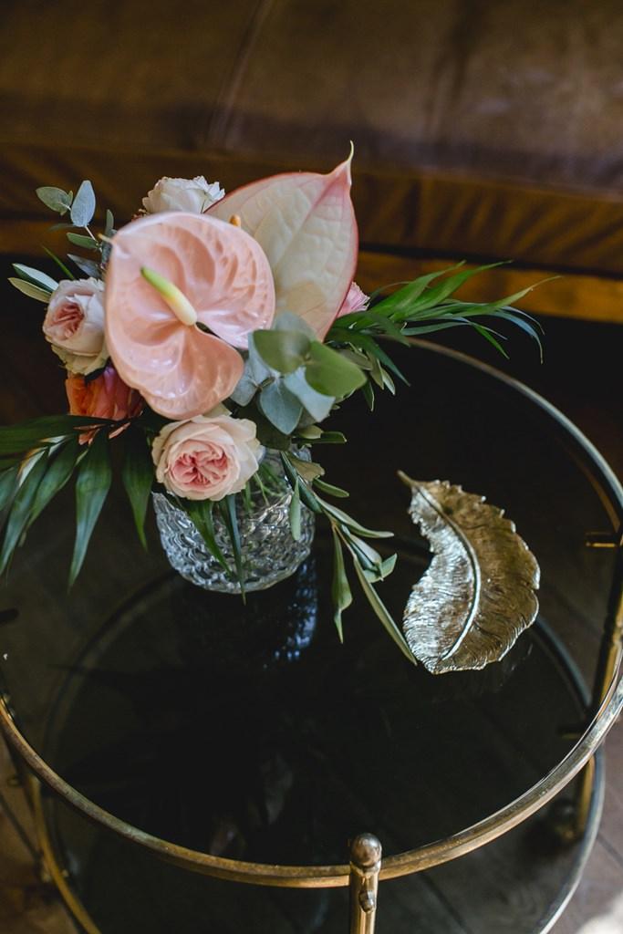 Hochzeitsblumen mit Greenery und Flamingoblumen und Rosen in Rosa | Hochzeitsfoto: Hanna Witte