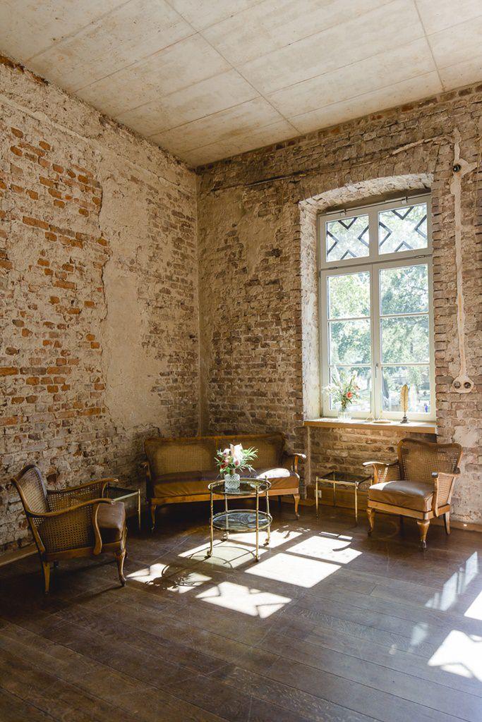 gemütliche Sofa Ecke in der Hochzeitslocation Rittergut Orr | Hochzeitsfoto: Hanna Witte