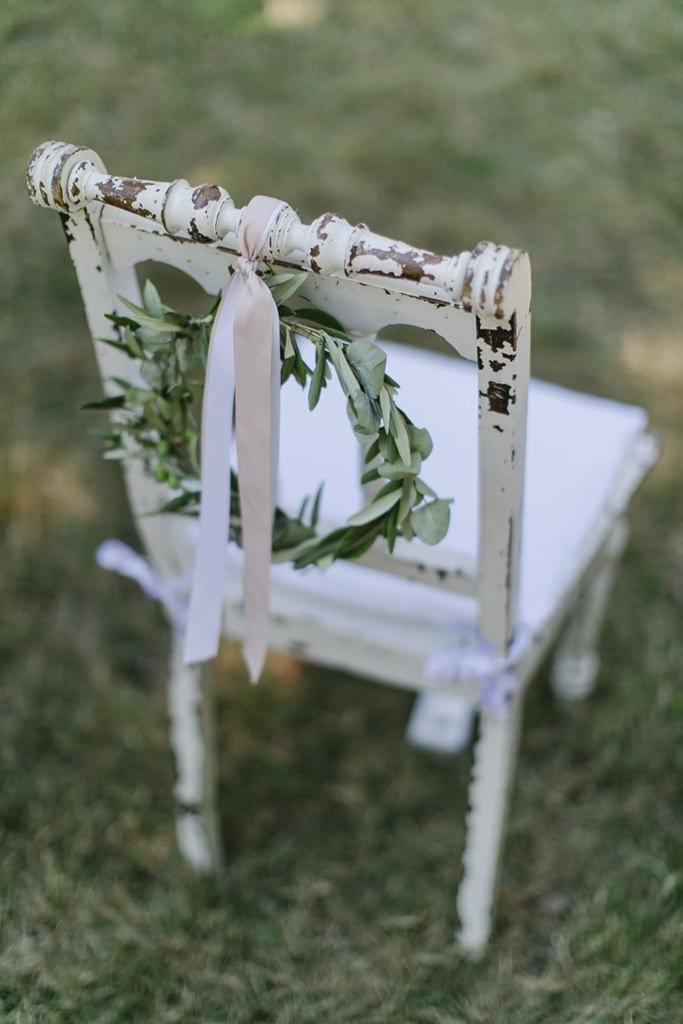 Shabby Chic Traustuhl mit Band und Greenery Kranz | Hochzeitsfoto: Hanna Witte