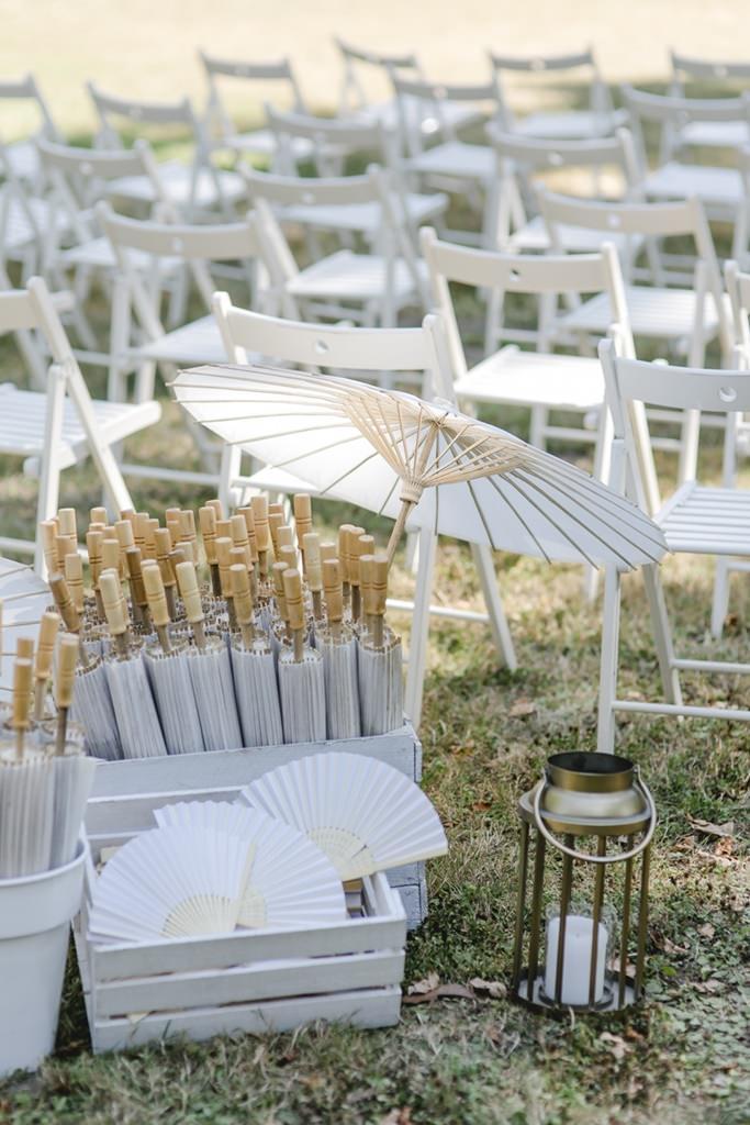 weiße Sonnenschirme und Fächer für eine Freie Trauung draußen | Hochzeitsfoto: Hanna Witte