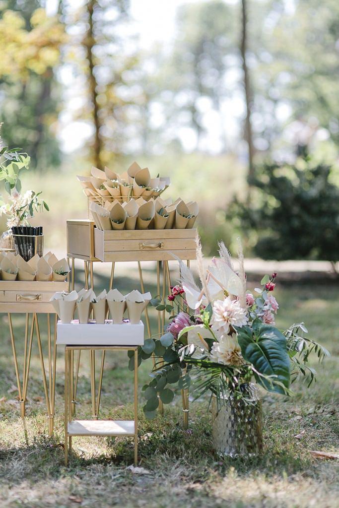 Freie Trauung: Dekodetails mit Blumen, Greenery und Streublättern | Hochzeitsfoto: Hanna Witte