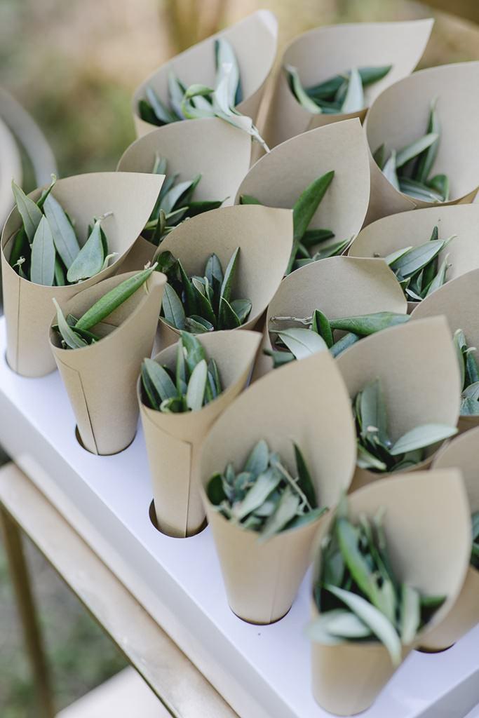 Olivenblätter zum Werfen nach einer Freien Trauung | Hochzeitsfoto: Hanna Witte