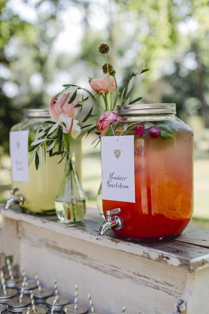 Hochzeits-Limo-Bar im Vintage-Stil mit Blumendeko | Hochzeitsfoto: Hanna Witte
