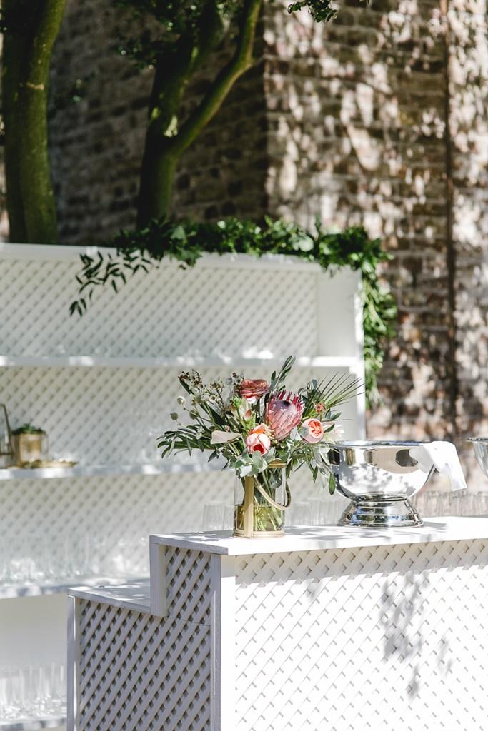 Hochzeitsdeko mit Greenery und rosafarbenen Blumen | Hochzeitsfoto: Hanna Witte