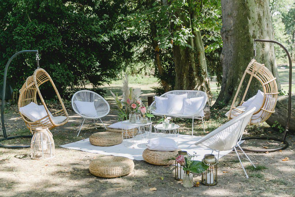 Lounge Ecke im Schatten mit stylischen Rattan Möbeln | Hochzeitsfoto: Hanna Witte