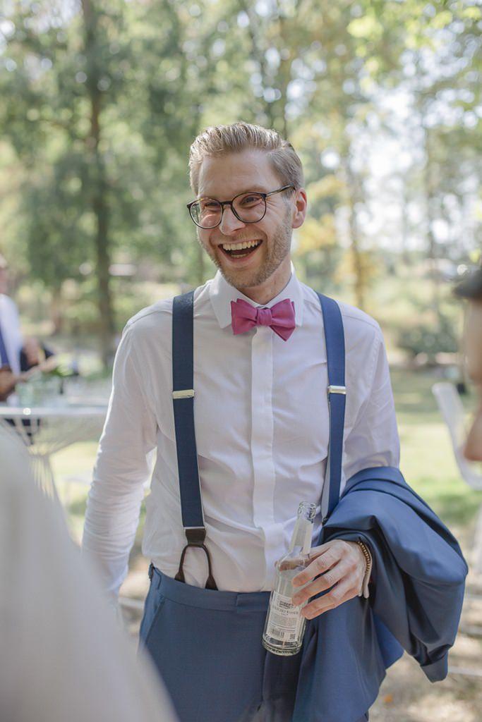 der Bräutigam lacht entspannt vor der Freien Trauung | Hochzeitsfoto: Hanna Witte