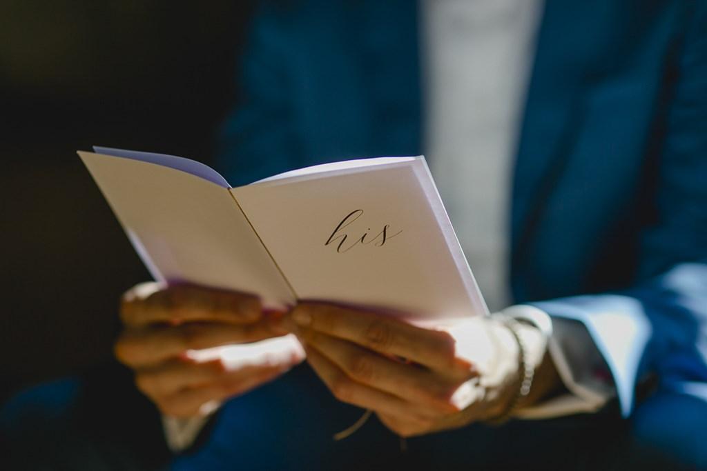 der Bräutigam liest sein Eheversprechen durch | Hochzeitsfoto: Hanna Witte