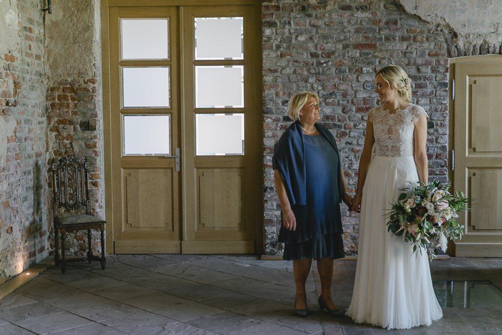 die Braut und ihre Mutter im Rittergut Orr | Hochzeitsfoto: Hanna Witte