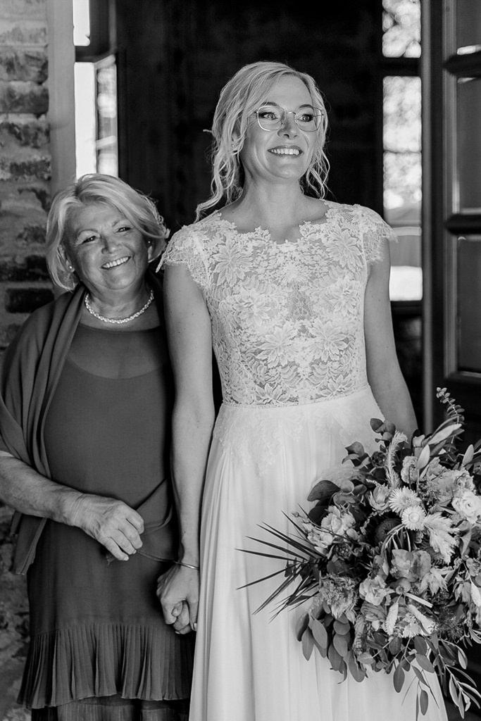 die Braut hält ihre Mutter an der Hand | Hochzeitsfoto: Hanna Witte