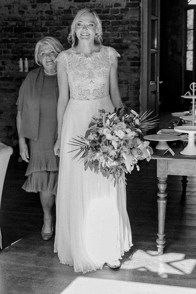 die Braut läuft mit ihrer Mutter zur Trauung | Hochzeitsfoto: Hanna Witte