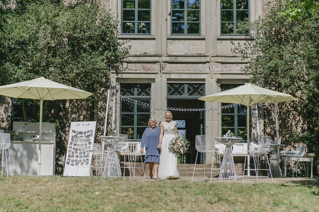 die Braut und ihre Mutter auf dem Weg zur Freien Trauung | Hochzeitsfoto: Hanna Witte