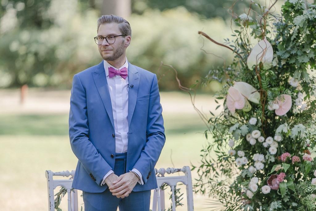 Freie Trauung: Der Bräutigam wartet auf die Braut | Hochzeitsfoto: Hanna Witte