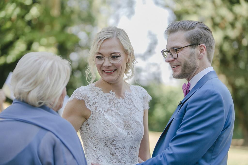 die Brautmutter mit dem Brautpaar kurz vor der Trauung | Hochzeitsfoto: Hanna Witte