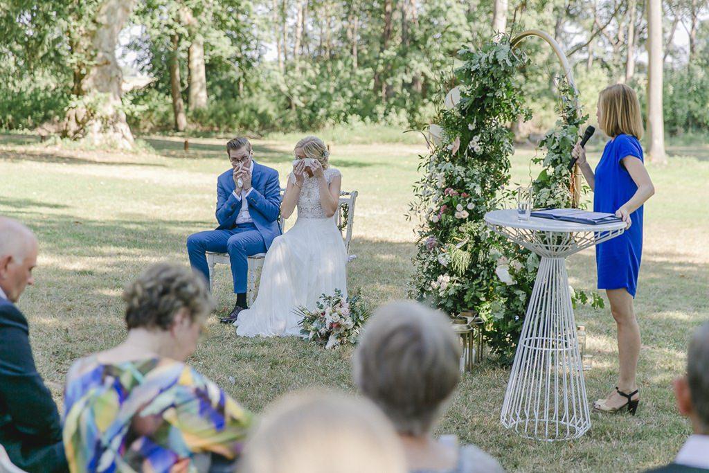 das Brautpaar weint während der Trauzeremonie | Hochzeitsfoto: Hanna Witte