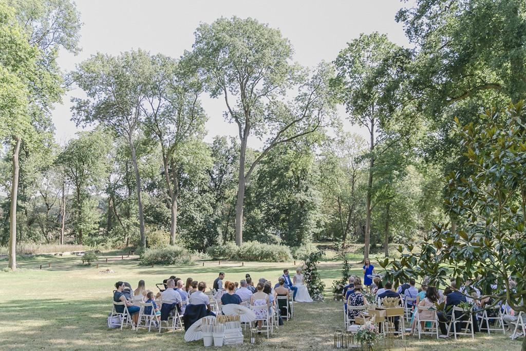 Hochzeit Rittergut Orr mit Freier Trauung auf der Wiese | Hochzeitsfoto: Hanna Witte