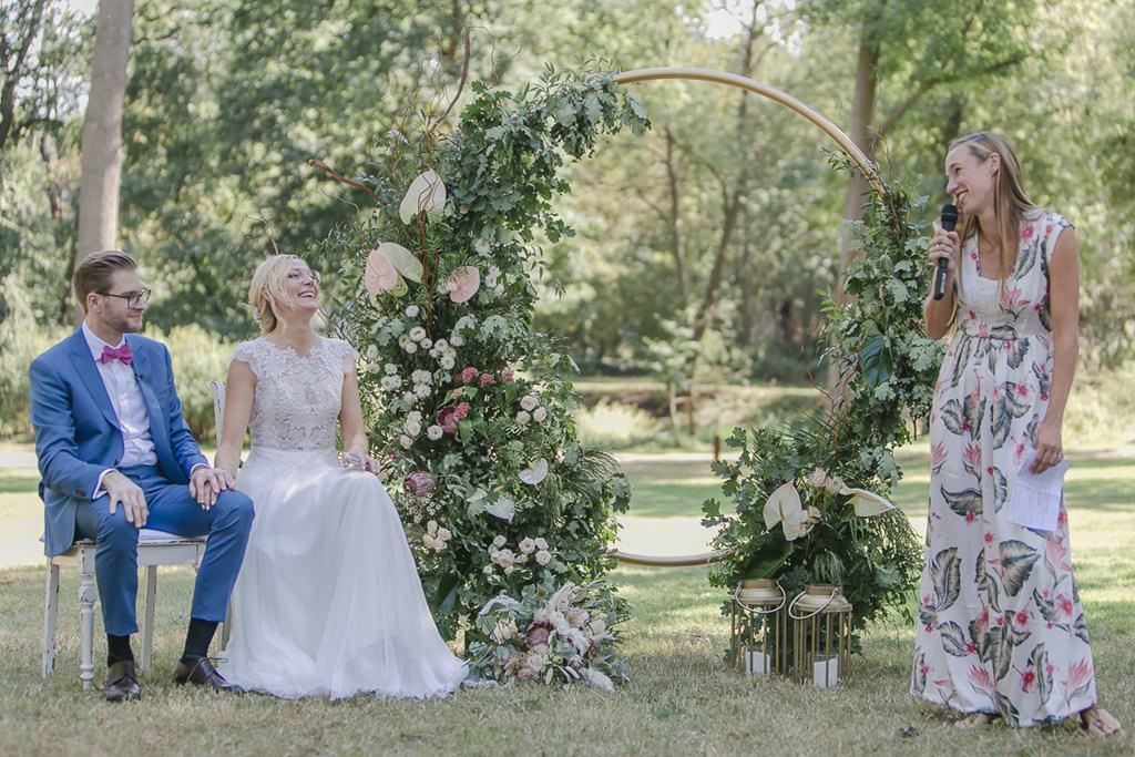 die Trauzeugin spricht während der Freien Trauung zum Brautpaar | Hochzeitsfoto: Hanna Witte