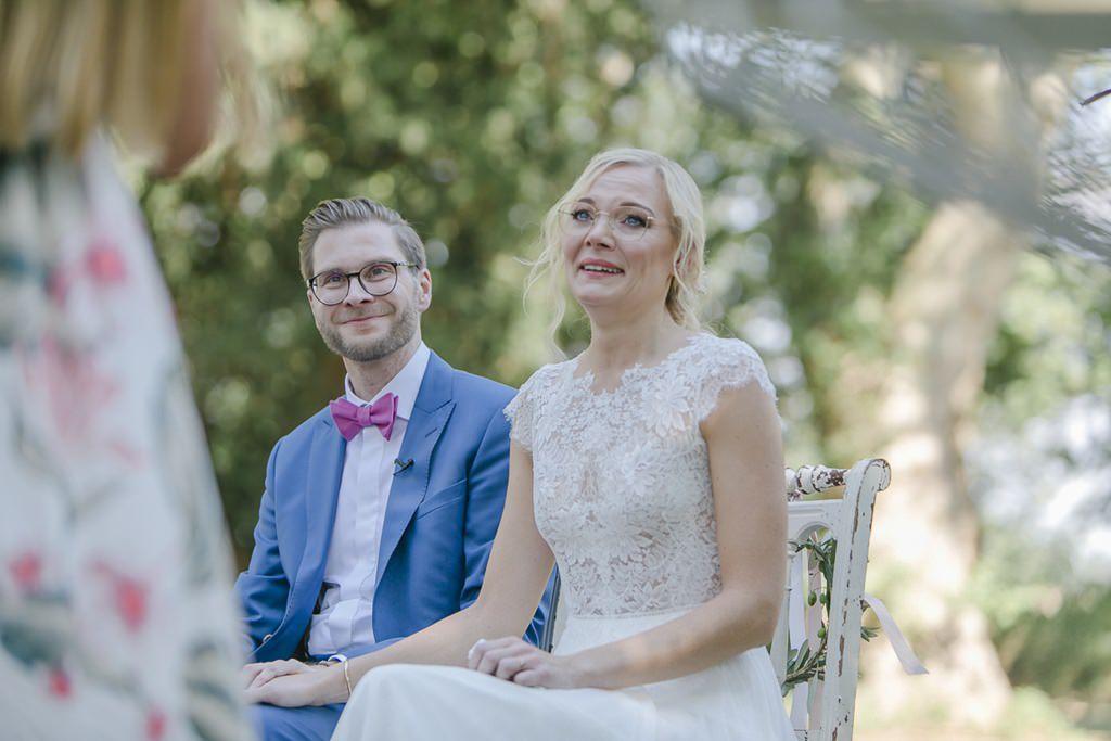die Braut weint während der Rede ihrer Trauzeugin | Hochzeitsfoto: Hanna Witte