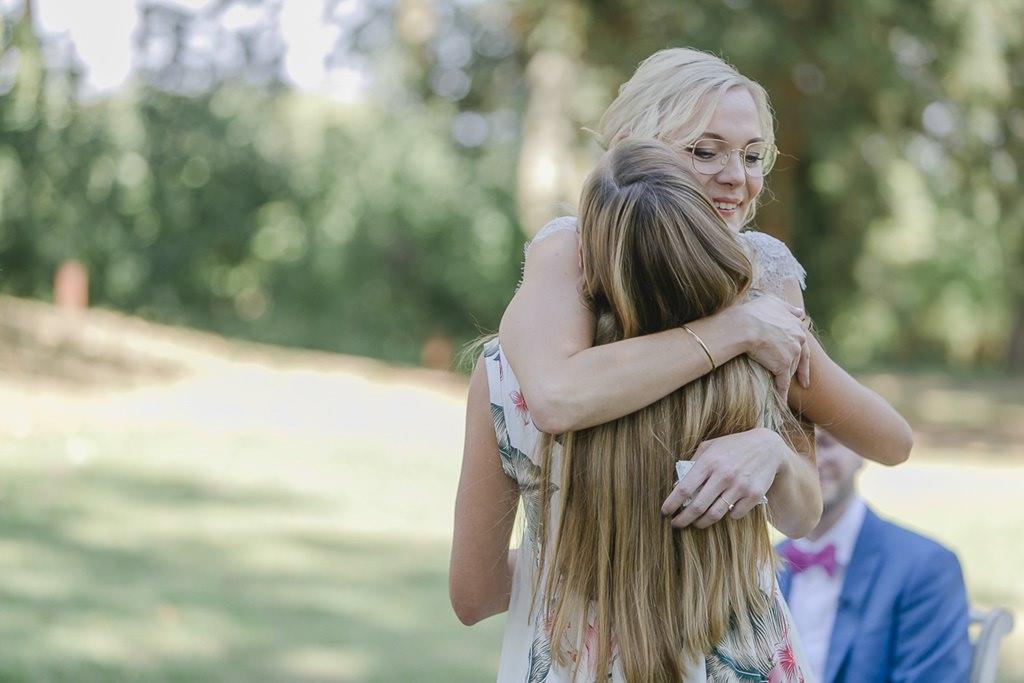 Freie Trauung: die Braut umarmt ihre Trauzeugin | Hochzeitsfoto: Hanna Witte