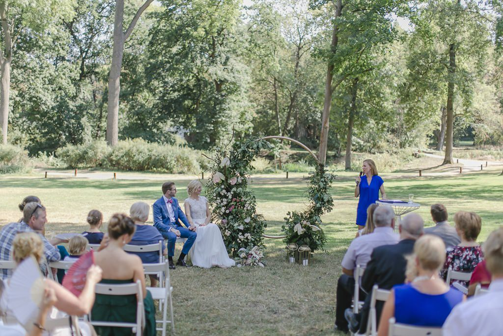 die Freie Traurednerin spricht zum Brautpaar | Hochzeitsfoto: Hanna Witte