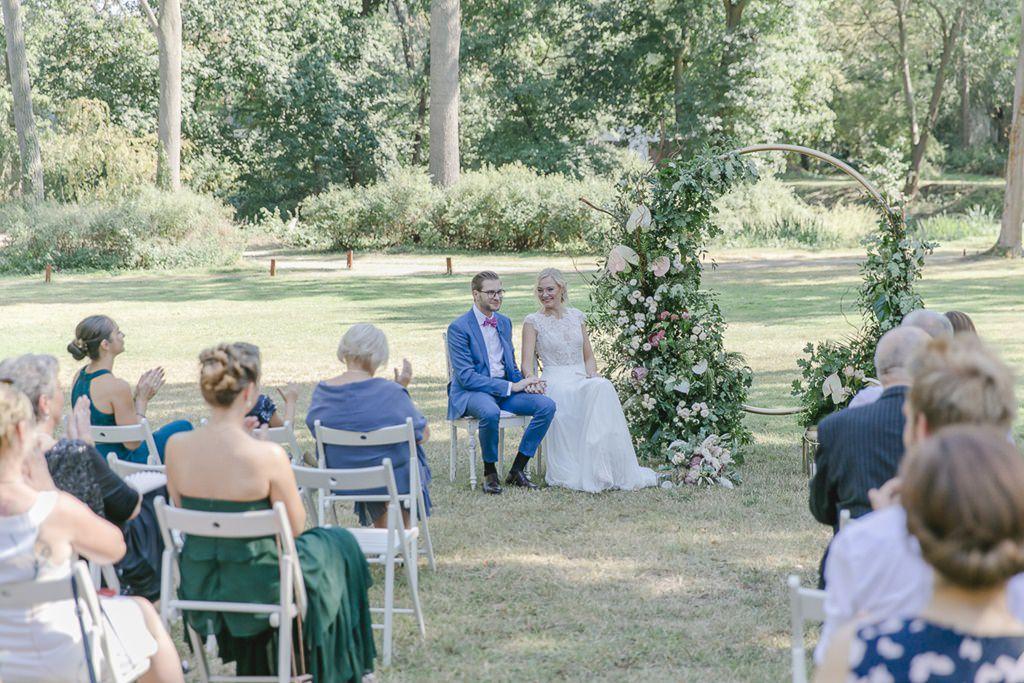 Freie Trauung auf der Wiese von Rittergut Orr | Hochzeitsfoto: Hanna Witte