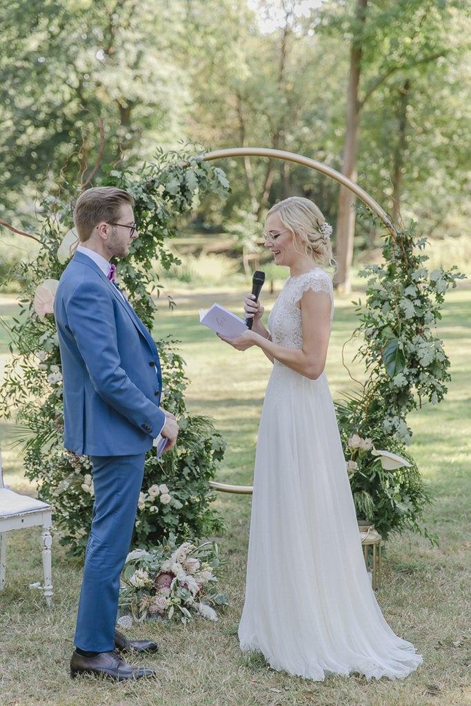 die Braut beim Eheversprechen während der Freien Trauung | Hochzeitsfoto: Hanna Witte
