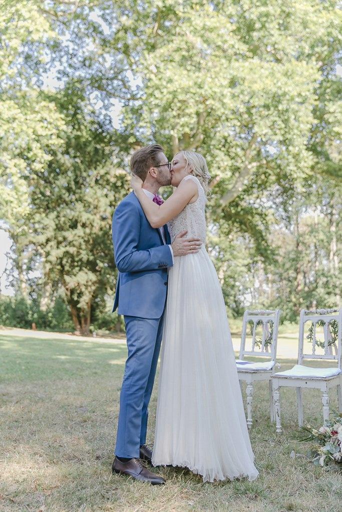 das Brautpaar beim Hochzeitskuss nach der Freien Trauung | Hochzeitsfoto: Hanna Witte