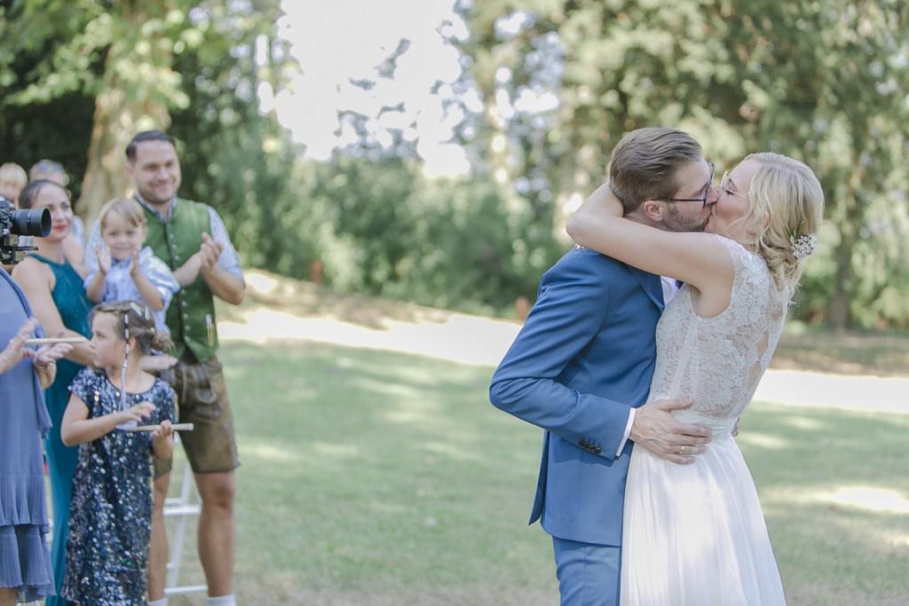 Hochzeitskuss von Braut und Bräutigam nach der Freien Trauung | Hochzeitsfoto: Hanna Witte
