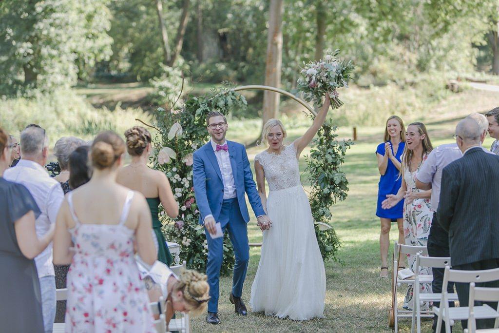 das Brautpaar kurz nach der Trauung auf der Wiese von Rittergut Orr | Hochzeitsfoto: Hanna Witte
