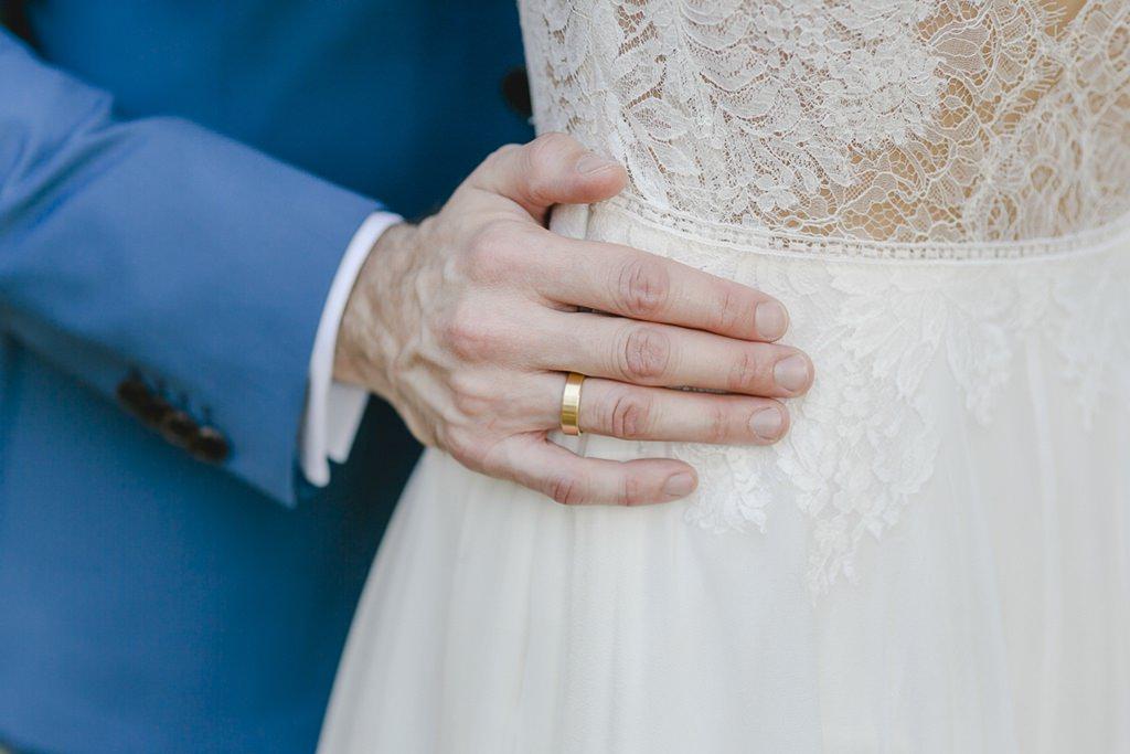 Hochzeitsfotoidee: Der Bräutigam legt seine Hand auf die Hüfte der Braut | Hochzeitsfoto: Hanna Witte