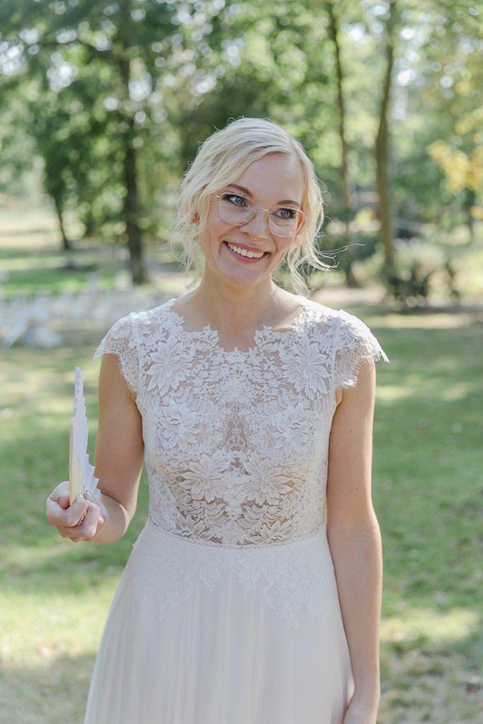 hochgeschlossenes Brautkleid mit floraler Spitze | Hochzeitsfoto: Hanna Witte