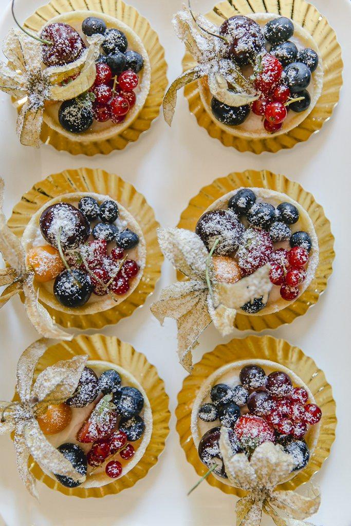 Obsttörtchen mit Puderzucker | Hochzeitsfoto: Hanna Witte