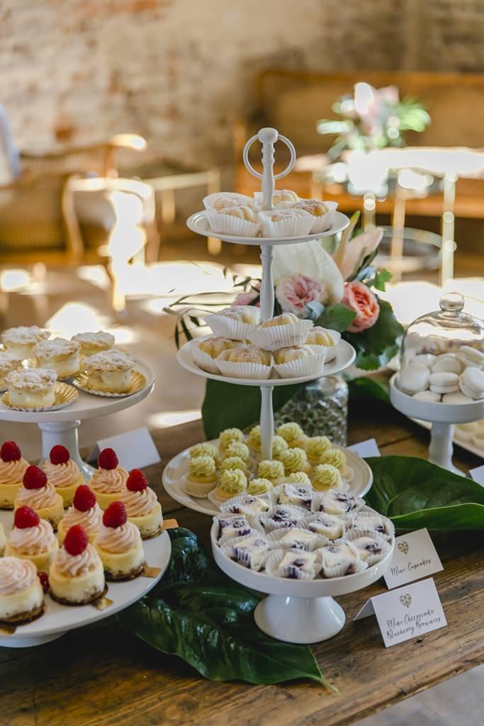 Hochzeit Sweet Table mit weißer Etagere und weißen Kuchenständern | Hochzeitsfoto: Hanna Witte