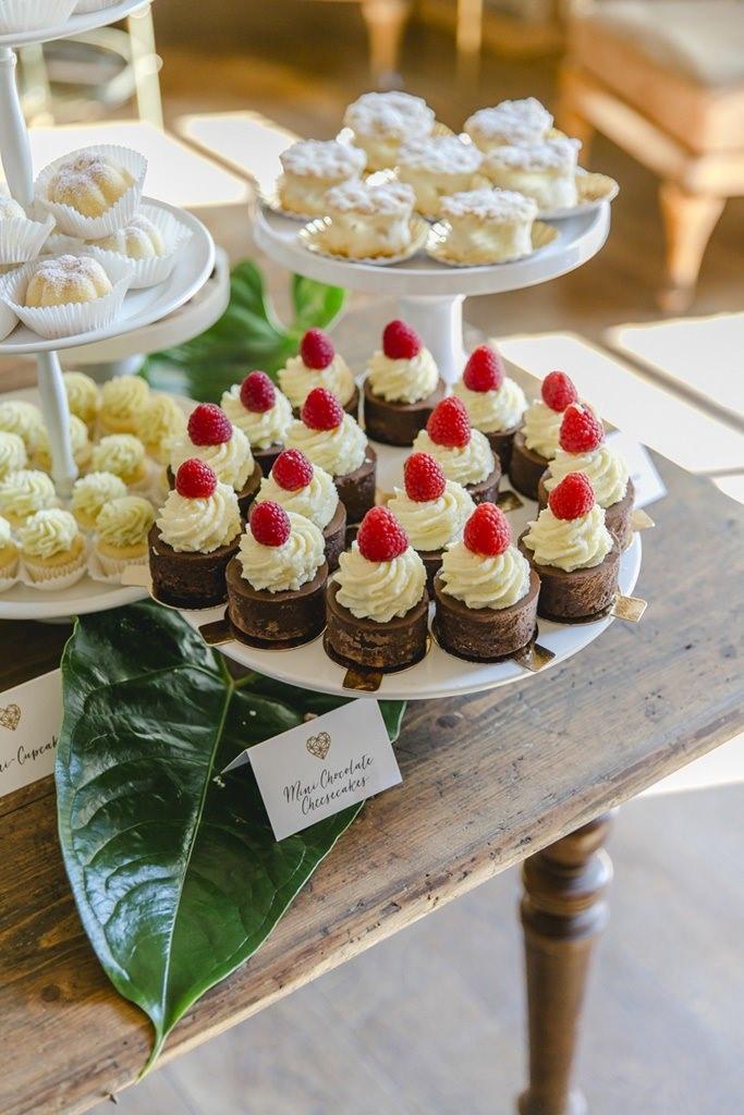 Schoko-Sahne-Törtchen auf dem Sweet Table einer Hochzeit im Rittergut Orr | Hochzeitsfoto: Hanna Witte