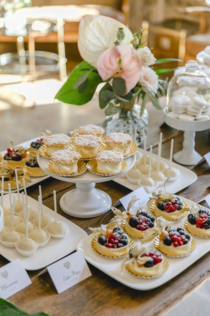 Hochzeitskuchenbuffet mit Cake Pops, Obsttörtchen und Cremeküchlein | Hochzeitsfoto: Hanna Witte