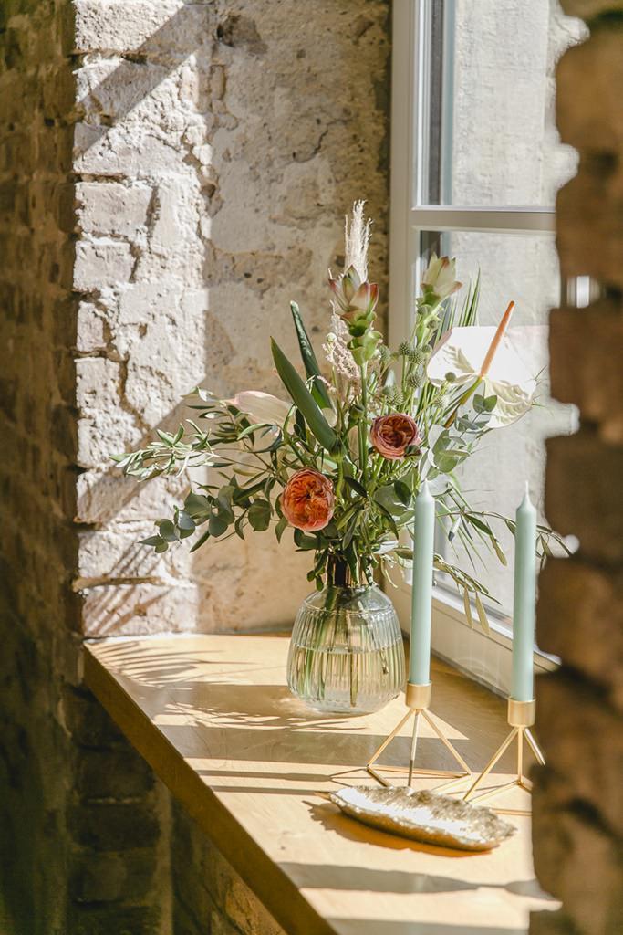 Hochzeitsblumen vor einem Fenster im Rittergut Orr | Hochzeitsfoto: Hanna Witte