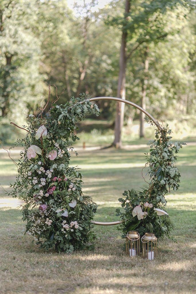 runder Greenery Hochzeitsbogen mit rosafarbenen Flamingoblumen | Hochzeitsfoto: Hanna Witte