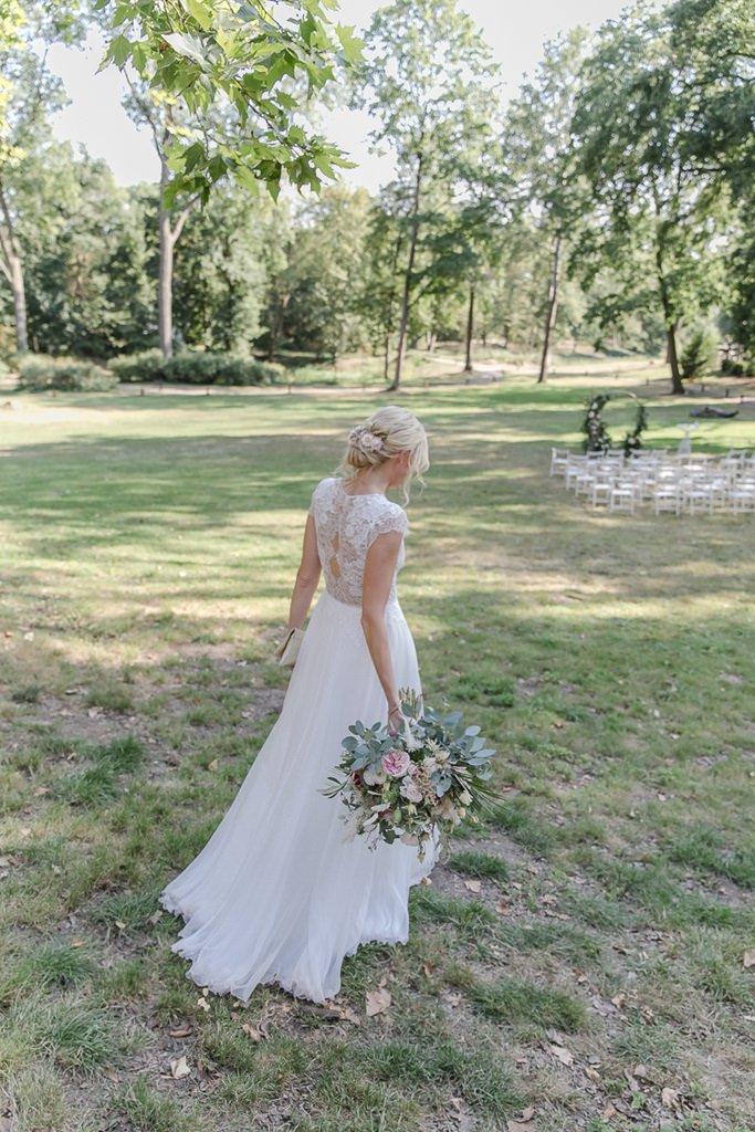 die Braut in ihrem Anna Kara Brautkleid mit Spitze | Hochzeitsfoto: Hanna Witte