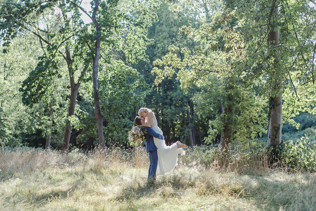 verliebtes Hochzeitsfoto von Braut und Bräutigam in der Natur | Hochzeitsfoto: Hanna Witte