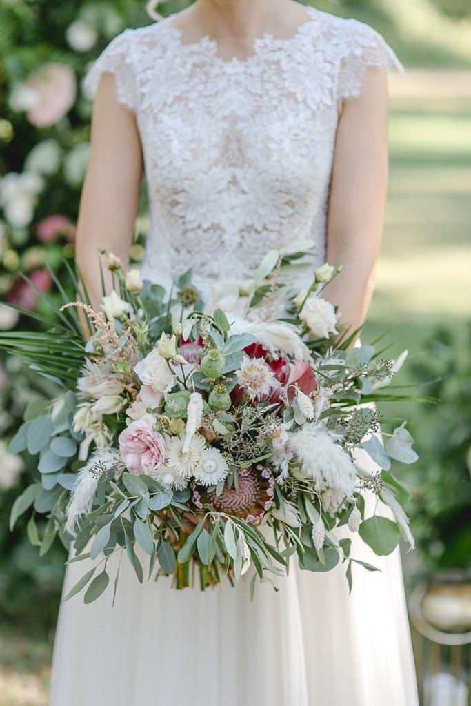 Greenery Brautstrauß mit Eukalyptus, Pampasgras und Blumen in Rosa | Hochzeitsfoto: Hanna Witte