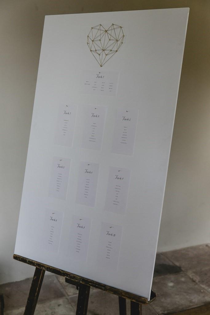 Weißer DIY Hochzeitstischplan mit geometrischem Herz in Gold | Hochzeitsfoto: Hanna Witte