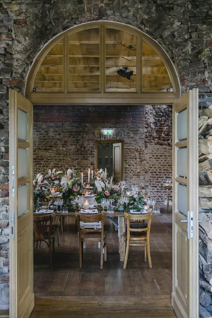 Hochzeit Rittergut Orr: Blick in den Festsaal mit gedeckten Tischen | Hochzeitsfoto: Hanna Witte