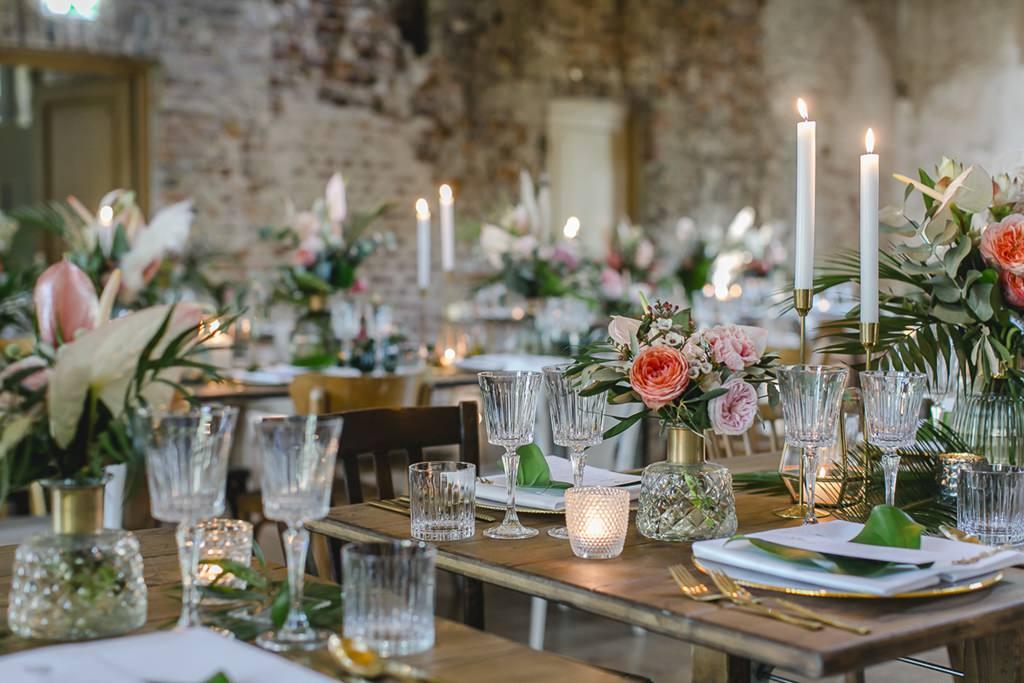 moderne Tischdeko mit Gold Akzenten und Greenery bei einer Hochzeit im Rittergut Orr | Hochzeitsfoto: Hanna Witte