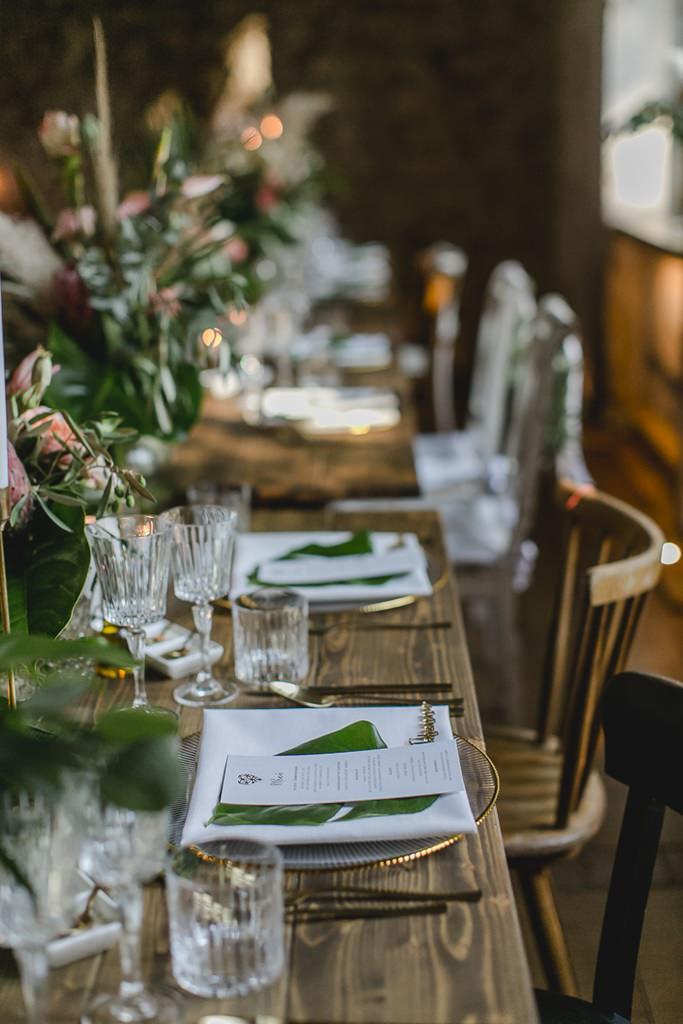 rustikale Holztische mit Hochzeitsdeko in Grün, Weiß, Gold und Rosa | Hochzeitsfoto: Hanna Witte